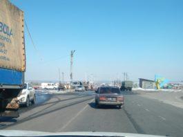 На дороге у Семеновки асфальт кладут в лужи